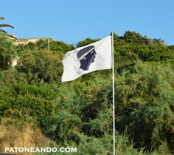 La bandera Corsa se puede ver por todas partes.