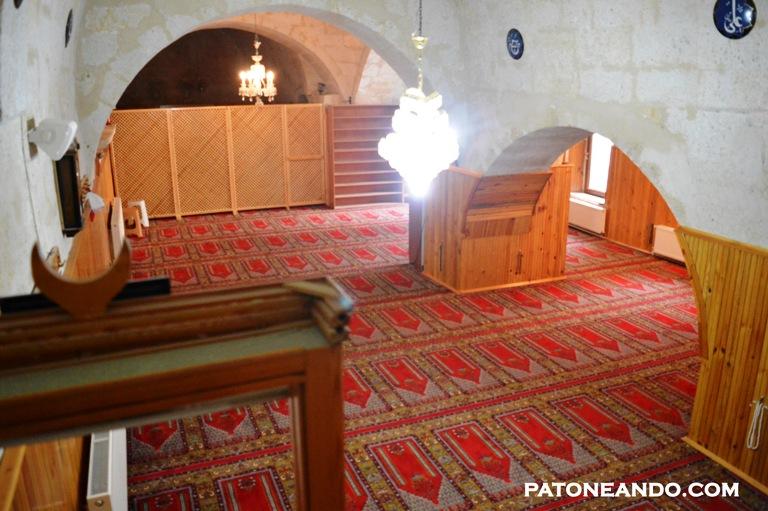 Así luce la mezquita por dentro. No estuve obligada a ponerme velo pero sí a quitarme los zapatos.