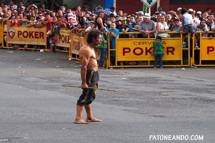 El personaje central antes de empezar el desfile