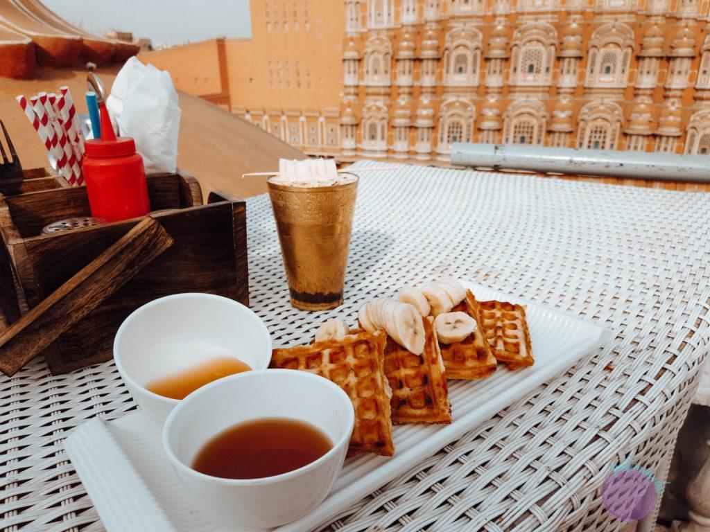 20 cosas que hacer en Jaipur - India - desayunar enfrente del hawa mahal -Patoneando blog de viajes