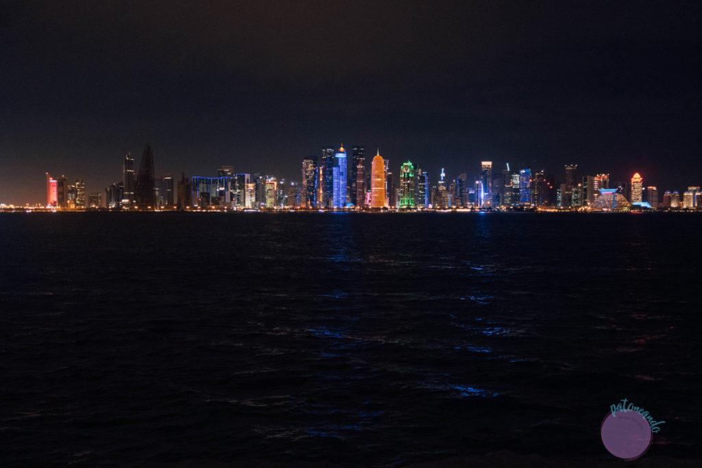 Que hacer durante una escala en Doha, Qatar - paseo maritimo corniche con vista al skyline - Patoneando blog de viajes