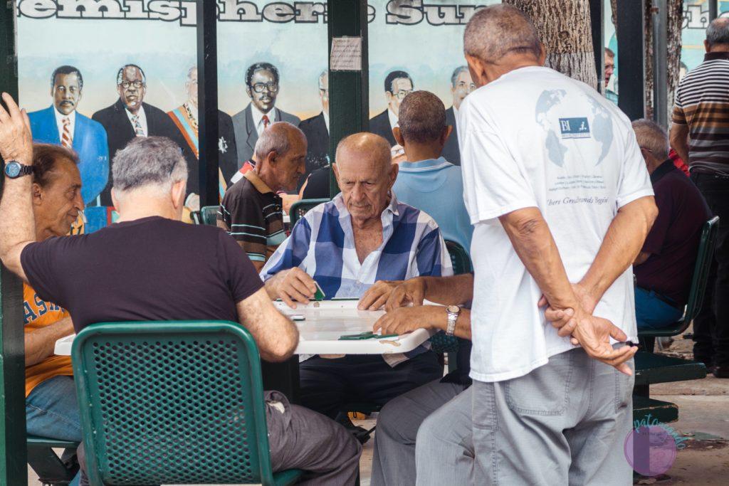 que hacer durante una escala en Miami - Calle ocho jugando dominó - Patoneando blog de viajes
